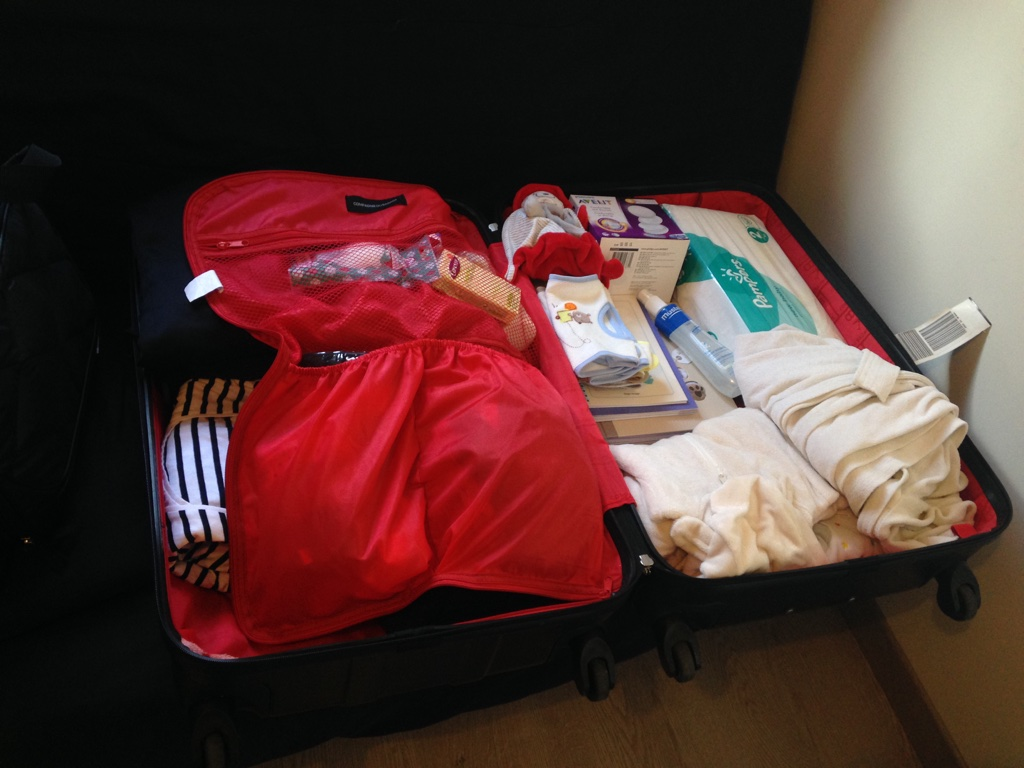 la valise maternit pour maman et b b. Black Bedroom Furniture Sets. Home Design Ideas